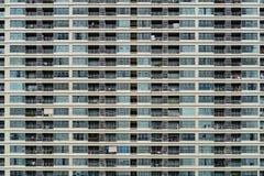 Фасад окна многоэтажного здания стоковое фото