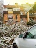 Фасад дома с автомобилем и снегом Стоковые Фото