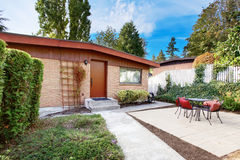 Фасад одного дома красного кирпича рассказа с комплектом таблицы патио Стоковые Изображения
