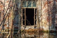 Фасад покинутого дома кирпича Стоковая Фотография