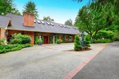 Фасад роскошного дома перерастанный с зелеными растениями Стоковое фото RF