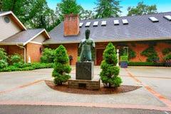 Фасад роскошного дома перерастанный с зелеными растениями Стоковая Фотография