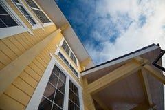Фасад современного деревянного дома стоковое фото rf