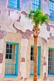 Фасад старого исторического дома с пальмой Стоковые Фотографии RF