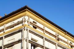 Фасад старого итальянского здания masonry с растягиваемым элементом металла, ремнями сдерживания и анкерной доской Стоковое фото RF