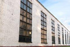 Фасад старого промышленного здания фабрики Широкоформатный взгляд Стоковое Изображение