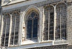 Фасад старой церков, с цепями ожидающими решения стоковые изображения