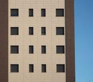 Фасад с 2 коричневыми тенями жилого дома с серыми штарками Стоковое Фото