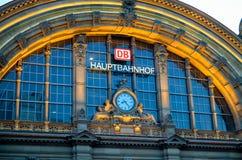 Фасад центральной станции Hauptbahnhof Deutsche Bahn железнодорожной Стоковые Фотографии RF