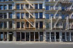 Фасады здания Нью-Йорка с лестницами, пустой улицей стоковое фото