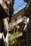 Фасады итальянских домов в деревенском переулке стоковые фотографии rf