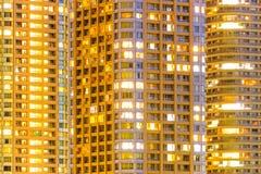 Фасады и окна многоэтажных зданий на ноче Стоковое Изображение
