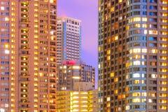 Фасады и окна многоэтажных зданий на ноче Стоковые Фото