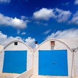 Фасады Punta Prima Менорки белые среднеземноморские стоковое изображение rf