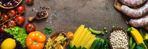 Фасоли и овощи сыра мяса на темной каменной таблице Стоковые Фото