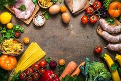 Фасоли и овощи сыра мяса на темной каменной таблице Стоковое Изображение RF