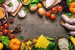 Фасоли и овощи сыра мяса на темной каменной таблице Стоковые Изображения