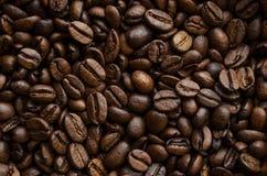 фасоли предпосылки arabica закрывают текстуру жаркого вороха кофе темную вверх стоковые фотографии rf