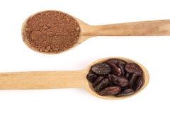 Фасоль и бурый порох какао в деревянной ложке изолированной на белом взгляд сверху предпосылки Стоковое фото RF