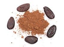 Фасоль и бурый порох какао изолированные на белом взгляд сверху предпосылки Стоковое Изображение