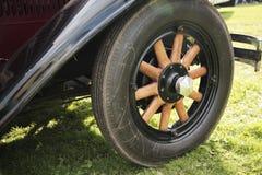 фасонируемое старое колесо деревянное стоковые изображения