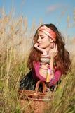 фасонируемые корзиной детеныши женщины поля Стоковые Фотографии RF