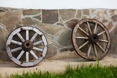 фасонируемые старые колеса фуры Стоковые Изображения
