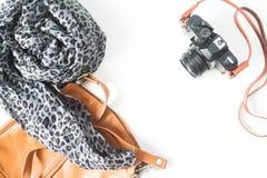 Фасонируйте аксессуары женщины с камерой фильма, винтажной концепцией, t Стоковые Фотографии RF