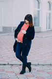 Фасонируйте беременную женщину имея прогулку на улице Стоковые Изображения