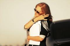 Фасонируйте бизнес-леди с финансовыми бумагами рядом с ее автомобилем стоковая фотография rf