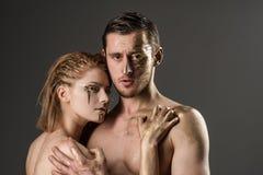 Фасонируйте взгляд женщины и человека покрашенных искусством взгляд моды пар с золотыми масками Стоковая Фотография RF