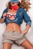 фасонируйте взгляд lifestyle Каникулы Сексуальная стильная женщина в яркой одежде стоковые фотографии rf