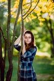 Фасонируйте внешнее фото красивой молодой женщины в элегантном голубом платье Портрет шикарной длинной женщины волос в checkered  стоковые фотографии rf