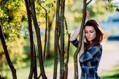 Фасонируйте внешнее фото красивой молодой женщины в элегантном голубом платье Портрет шикарной длинной женщины волос в checkered  стоковая фотография rf