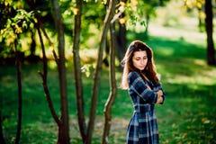 Фасонируйте внешнее фото красивой молодой женщины в элегантном голубом платье Портрет шикарной длинной женщины волос в checkered  стоковые изображения