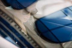 Фасонируйте внешнее фото сексуальной красивой женщины с темными волосами в черной кожаной куртке и солнечных очках представляя в  Стоковые Фотографии RF