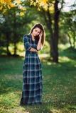 Фасонируйте внешний портрет шикарной длинной женщины волос в длинном checkered голубом платье - стиле весны Модная маленькая дево стоковые изображения