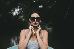Фасонируйте женский представлять в стильном платье на балконе стоковая фотография