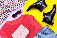 Фасонируйте женщине теплую одежду на осень и зима в ярких цветах, положение квартиры Стоковая Фотография