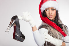 Фасонируйте женщину в шляпе santa с ботинком высокой пятки Стоковые Фотографии RF