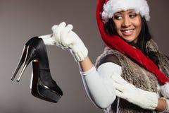 Фасонируйте женщину в шляпе santa с ботинком высокой пятки Стоковое фото RF