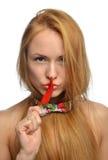 Фасонируйте женщину держа перец красных чилей в ее рте Стоковое фото RF