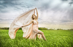 Фасонируйте женщину лета весны белокурую с совершенной кожей Стоковое фото RF