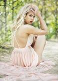 Фасонируйте женщину лета весны белокурую с совершенной кожей Стоковое Изображение RF