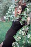 Фасонируйте женщину искусства в яблоне лета близко blossoming, яркой губной помаде Настроение лета весны, загадочное романтичное  Стоковое Изображение RF