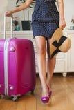 Фасонируйте женщину, идя на каникулы отключения, чемодан и ботинки Стоковые Фото