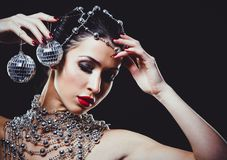 Фасонируйте женщину при совершенная кожа нося драматический состав Стоковые Изображения RF