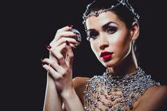 Фасонируйте женщину при совершенная кожа нося драматический состав Стоковая Фотография RF