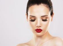 Фасонируйте женщину при совершенная кожа нося драматический состав Стоковые Изображения