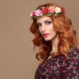 Фасонируйте женщину Redhead Boho в венке цветка лета Стоковое Фото